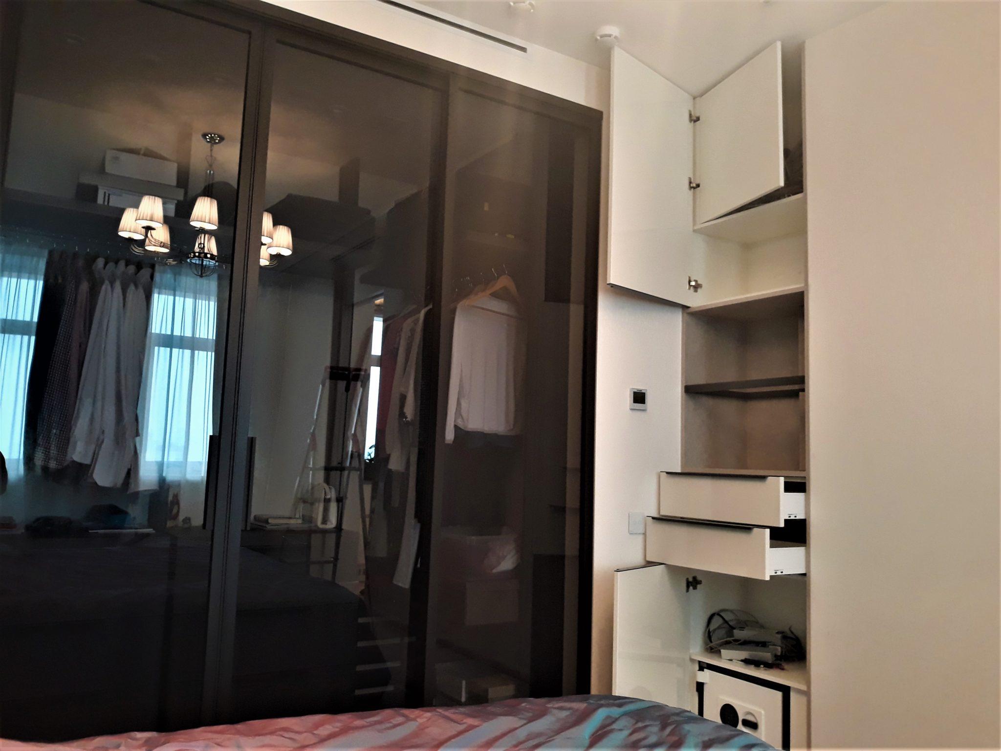 шкаф из алвика в нишу с глянцевыми фасадами