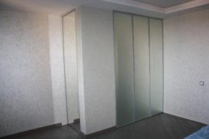 Встроенный шкаф с распашными фасадами в алюминиевом профиле