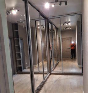 встроенный шкаф купе с зеркальными фасадами