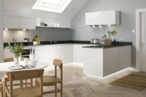 кухня с фасадами белый глянец